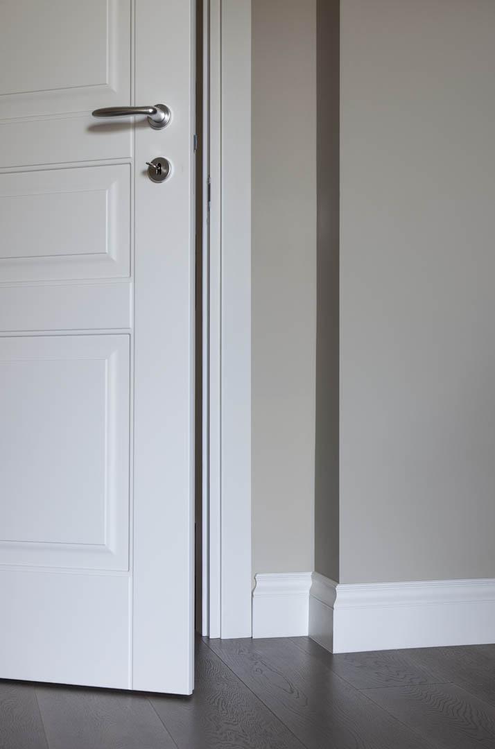 Battiscopa bianco massello stile inglese for Battiscopa in legno bianco
